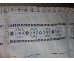 Horgolt szélű színes hímzésű ágy- vagy asztalterítő
