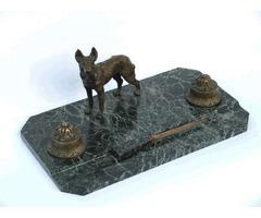 Tintatartó márvány talapzaton, bécsi bronz díszítéssel