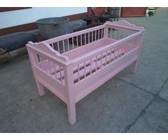 Rózsaszín restaurált népi gyerekágy