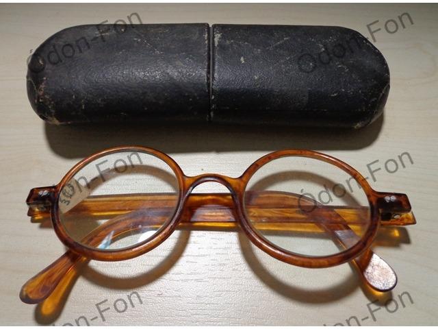 Kerek szemüveg műanyag keretben tokkal Vác AntikPiac.hu