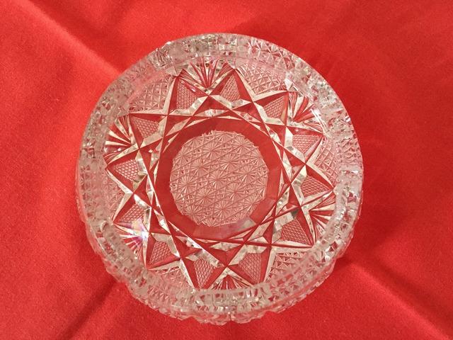 Nagyon finoman metszett ólomkristály hamutál (nagyobb)