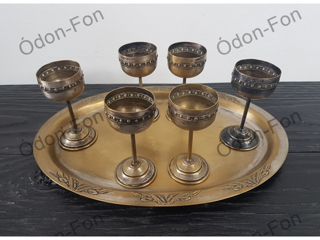 Tálca 6 darab likőrös pohárral
