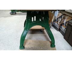 Loft stílusba illeszkedő különleges vaslábú asztal