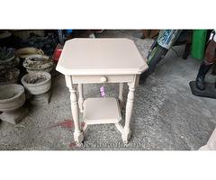 Bézs színű fiókos kis asztal