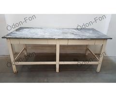 Lemezborítású asztal