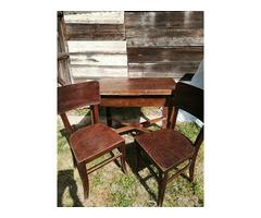 Antik étkezőasztal 2 székkel.