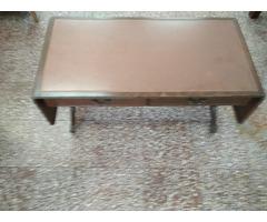Gurulós antik dohányzó asztal.
