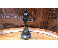 Női bronz szobor