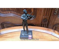 Férfi hegedűvel bronz szobor