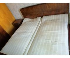 Antik kétszemélyes ágy éjjeliszekrénnyel