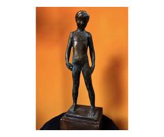 Eladó kisfiút ábrázoló szobor