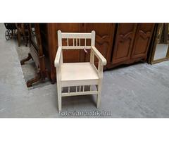 Fehérre antikolt karfás szék