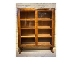 Formalista könyves szekrény