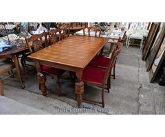 Intarziás kihúzható aszta 4 piros kárpitos székkel