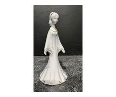 Porcelán kendős lány