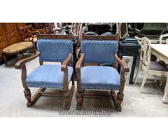Faragott karfás szék kék kárpittal