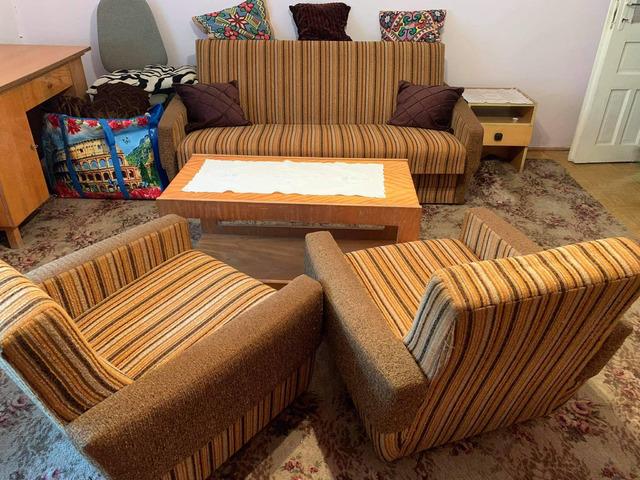 Kanapé két fotellal és dohányzóasztallal