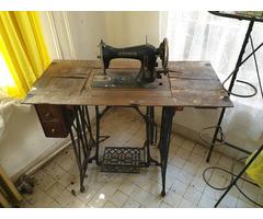 Kayser és Singer varrógép asztallal