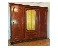 Eladó neobarokk intarziás, háromajtós, üveges ruhásszekrény faragott ajtókkal, lábakkal
