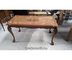 Neobarokk üveglapos dohányzó asztal