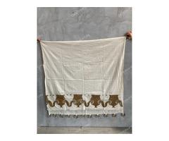 Tört fehér vászon függöny alján arany ókori festett mintával, karikával