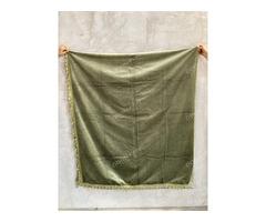 Zöld bársony függöny halvány zöld bojtokkal